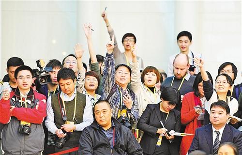 11月8日下午,重庆代表团讨论对中外媒体开放。图为中外记者踊跃提问。 记者 巨建兵 摄