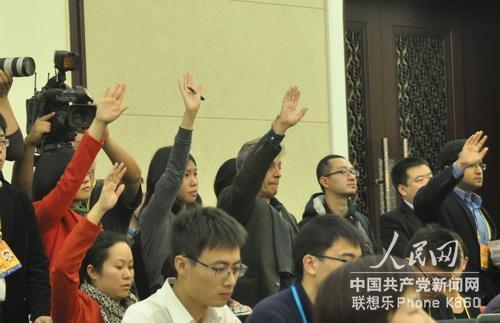 姚奕摄/旁听广东团开放日的记者们举手争取提问。人民网记者姚奕摄