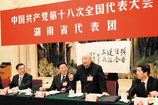 熊清泉代表现场赠送书法作品《强盛组合,造福三湘》。岳冠文 摄