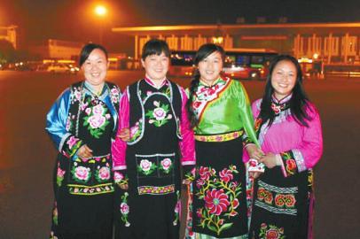 姚茂强/11月9日,绵阳机场,献礼归来的4位绣娘。姚茂强摄