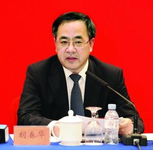 自治区党委书记胡春华在讨论报告时发言。本报首席摄影记者 马建斌 摄