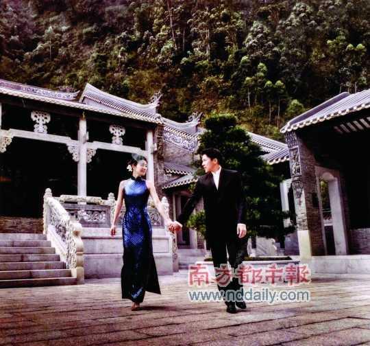 图文:郭晶晶各地婚纱照 霍英东纪念馆手牵手