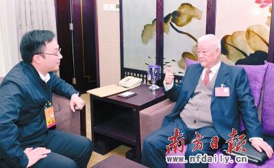 叶选平代表与本报特派记者一起读报告。南方日报特派记者 王辉 严亮 摄