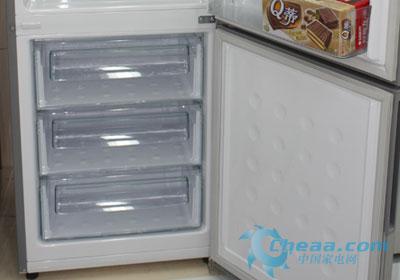 在冷冻室方面,三星BCD-285WNMVS冰箱拥有85升的容积,拥有三层抽屉设计,有利于不同食品的分类保存,而且每个抽屉内部均有防滑圆点,再次体现了人性化设计。