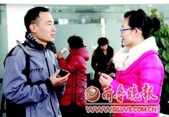 两位会员在聊天。记者 邹俊美 摄