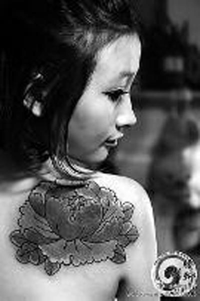 给女孩背部所文的传统牡丹图案