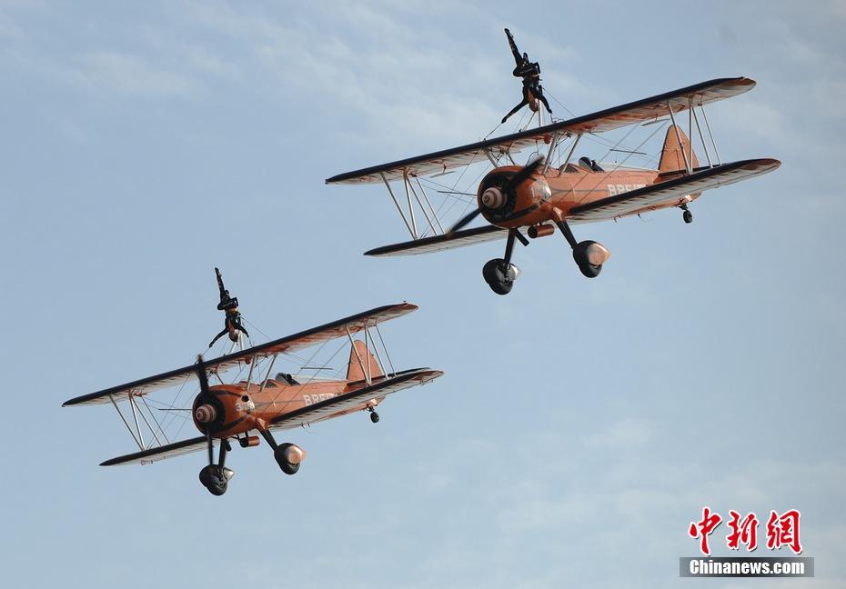 百年灵队表演机翼行走 美女 空中漫步