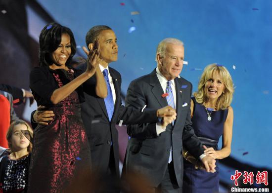 2012年美国大选结果于当地时间11月7日凌晨出炉。奥巴马成功连任。图为奥巴马与夫人米歇尔,副总统拜登与夫人亮相在芝加哥举行的大选之夜晚会。中新社发 毛建军 摄