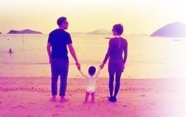 今年的11月12日凌晨,幸福妈妈孙俪微博秀出一家三口的海边背影照,为图片