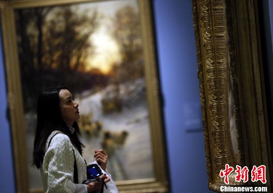 佛洛依德创作的《黄色背景的女人头像》.中新社发 杜洋 摄