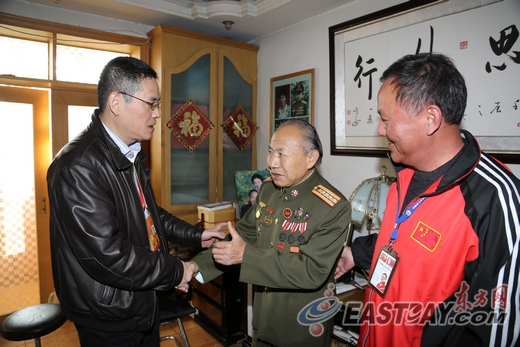 东方网总裁、总编辑徐世平,正在与抗美援朝战斗英雄李代相交谈