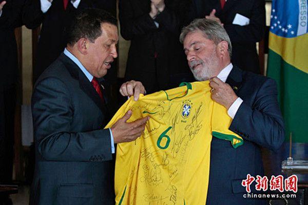 从巴西足协主席特谢拉手中接过一件罗纳尔迪尼奥的巴西队球衣.尤图片