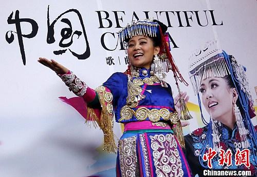11月16日,总政歌舞团彝族青年歌手阿鲁阿卓在北京录制《美丽中国》