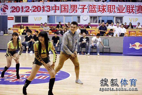 赛荣膺最佳后卫的罗汉琛表演书法和江南style舞蹈