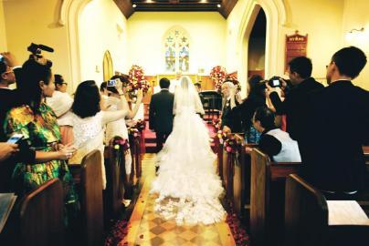 姚晨结婚了吗_好友祝福    舒淇赵薇微博说爱   此次婚礼,姚晨并未邀请多少圈中
