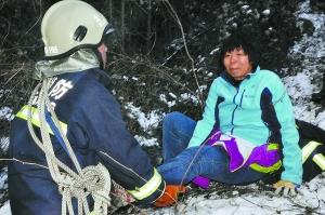 本报讯(通讯员黄顺龙)昨天上午10时27分,49岁的女驴友吴华(化名)和同伴一同游山时,不慎将脚扭伤,动弹不得,被困在门头沟区军庄镇东山村附近的山沟里,情况十分危急。