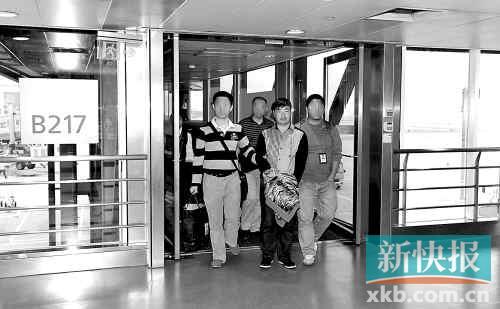 刑警将李龙(右二)押解回广州。通讯员供图
