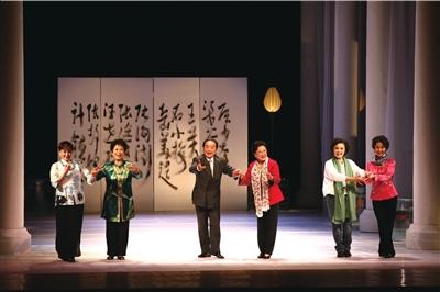 六位昆曲大师张洵澎、岳美缇、汪世瑜、张继青、石小梅、王芳(从左至右)合唱《牡丹亭》。主办方供图