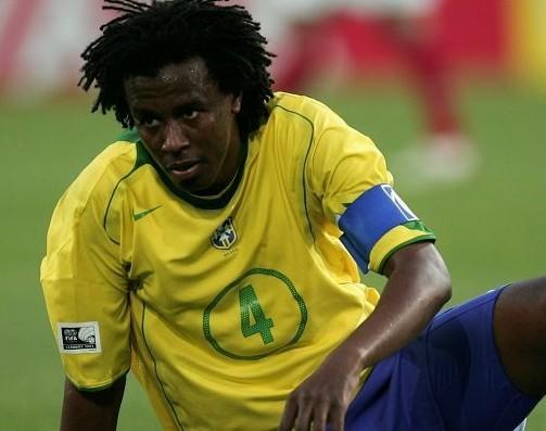 卡福是巴西队2002年巴西队夺得世界杯的队长,而里瓦尔多则是那届图片
