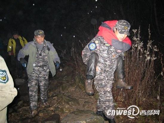"""""""天堂001""""告诉记者每年这个季节他们都收到许多救援求助(图为2011年11月,陕西应急救援队营救17名因大雾被困秦岭的驴友)"""