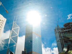 玻璃外墙反射太阳的光线,造成一个强大的刺眼光团,会让行人两眼不适.