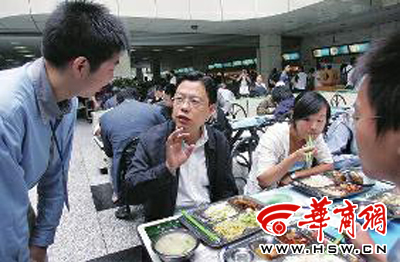 2007年9月27日,赵乐际调研高校贫困大学生资助体系及高校伙食情况时,在西安交通大学与学生在食堂共进午餐 本报资料照片 记者 李杰 摄