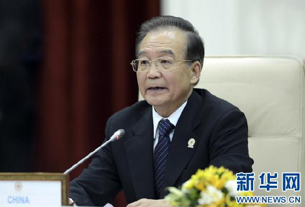 11月19日,第15次中国-东盟领导人会议在柬埔寨金边举行。中国国务院总理温家宝和东盟十国领导人出席。这是温家宝总理在会上发表讲话。新华社记者 张铎 摄