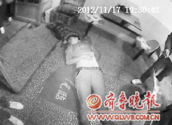 女孩 网友/民警赶到现场后,发现女孩醉倒在地上。(图片由警方提供)