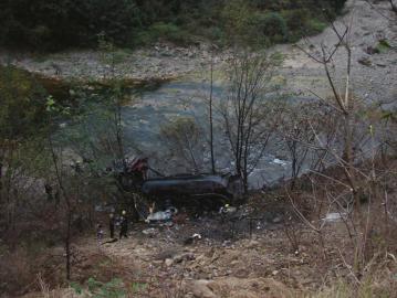 11月19日凌晨,翻入河中的硫酸罐车。陕西宁强消防供图