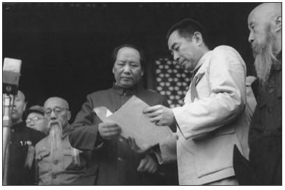 1949年10月1日,周恩来和毛泽东等在天安门城楼上(资料图)