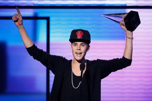 比伯 音乐/Justin Biber手捧奖杯在当晚的颁奖盛典上发表获奖感言