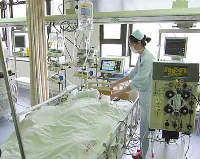 """""""插满管子""""的医院ICU监护室"""