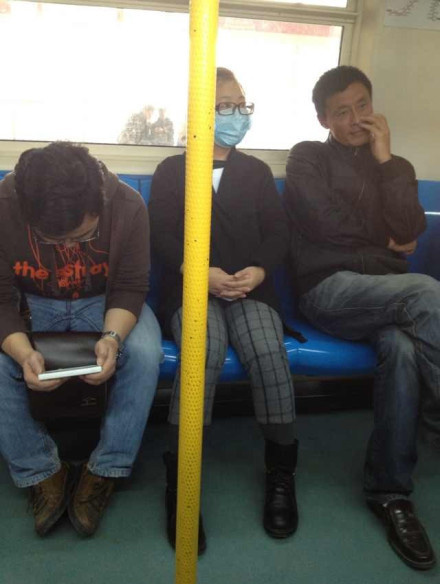 丈夫为赶地铁孕妻特制t恤 上书请帮忙照顾娘俩