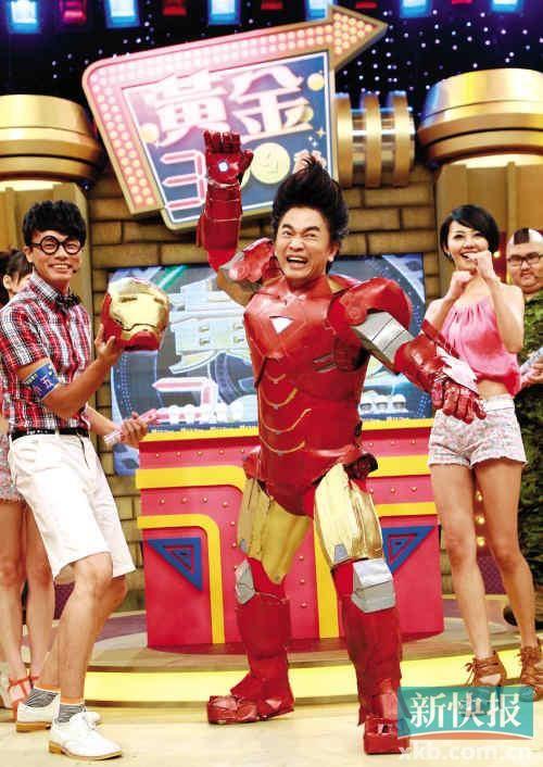 """今年7月,吴宗宪在新节目《黄金300秒》的记者会上以""""钢铁侠""""造型亮相,不改搞笑风格,卖力工作"""