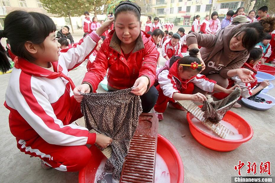 组图:济南小学生操场集体洗衣服感恩父母