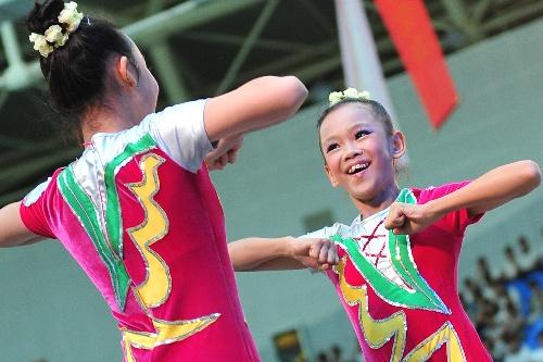 肏b综合网_图文:三亚万人健美操大赛 成都小学生在比赛中