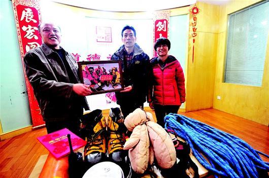 图文:地大登山队捐赠登顶珠峰装备,市民可免费参观