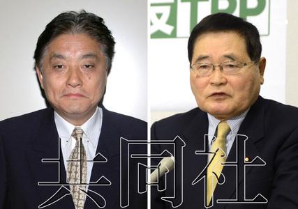 11月22日,减税日本党党首,名古屋市长河村隆之(左)在名古屋市向媒体