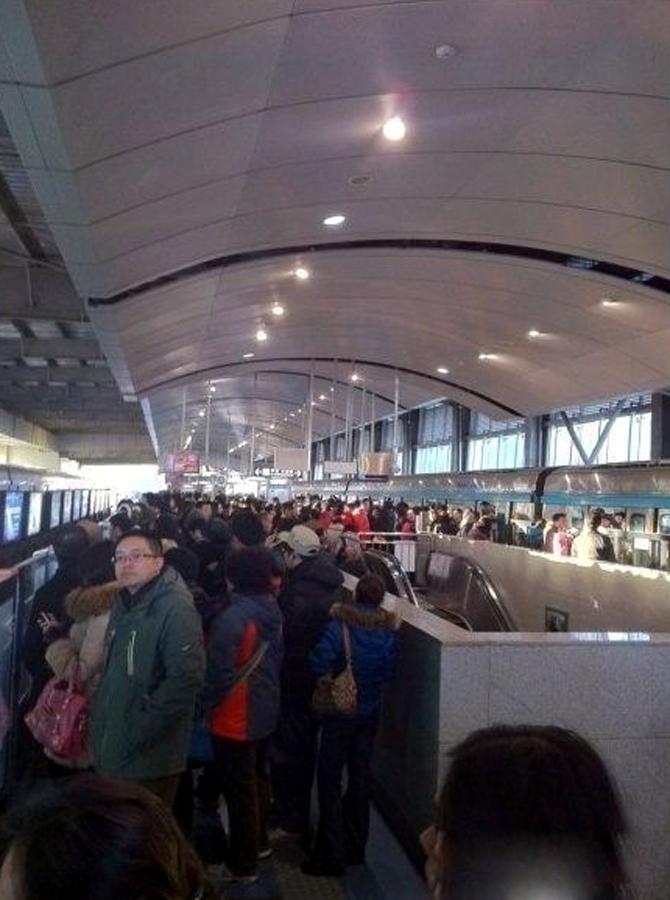 北京 高峰/北京地铁4号线早高峰出信号故障,大批乘客滞留,多个站点大批...