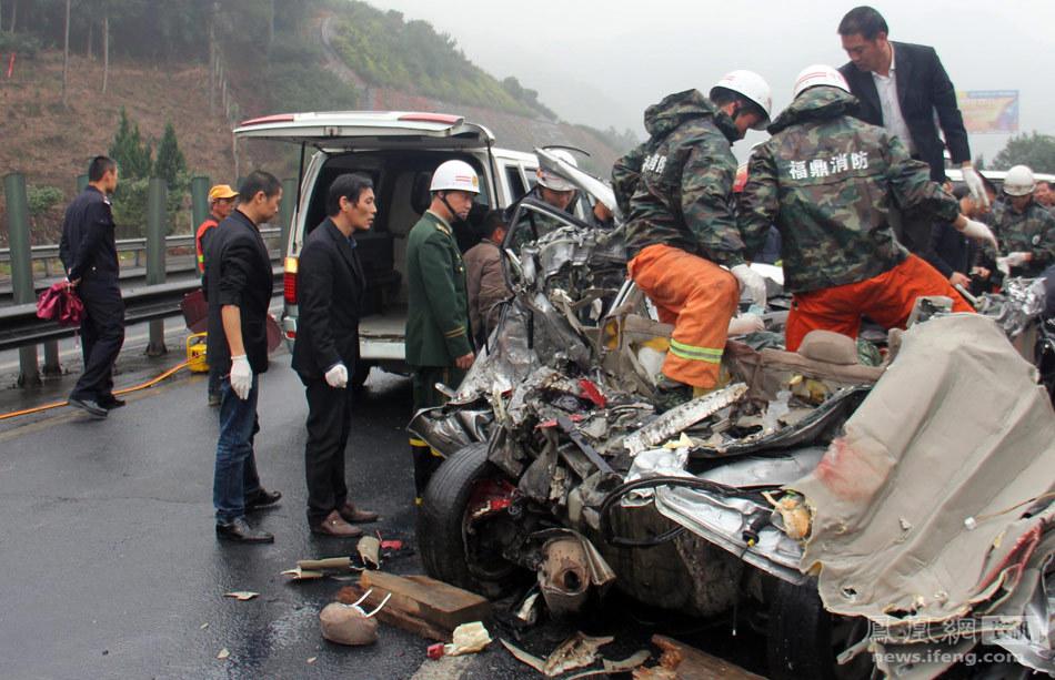 沈海高速福建车祸:轿车上5人当场身亡(组图)图片