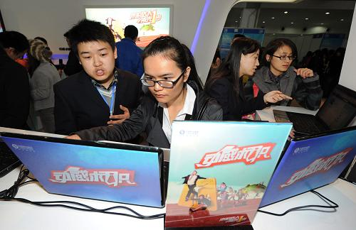 11月23日,参加重庆大学校园现场招聘会的一名高校毕业生在体验中国移动就业信息服务。新华社记者李健摄