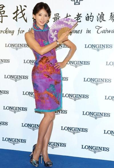 穿着一袭手工订制紫色旗袍