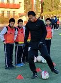 中超图:苑维玮走进小学教足球 亲自做示范