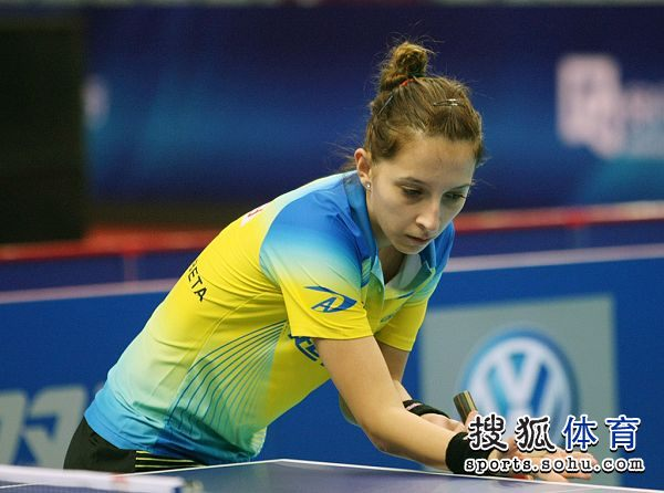 图文:乒乓球世界明星挑战赛 萨玛拉准备发球