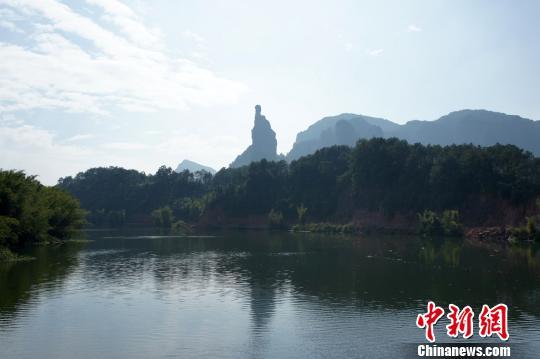 由来自深圳的4位年轻人组成的团队率先到达终点高莹摄