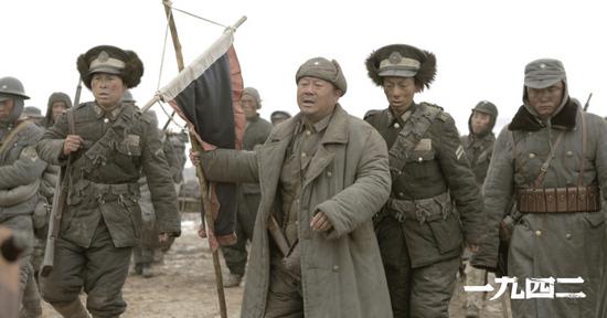 范伟饰演的老马混杂在灾民队伍中[更多图片]