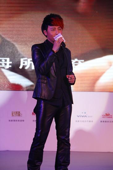 陈志朋出席搜狐慈善盛典演唱歌曲《心在想念》