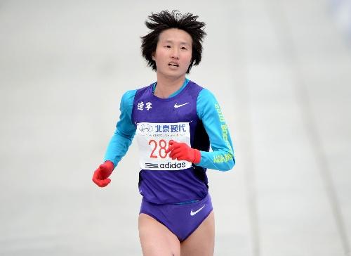 孙伟伟_图文:2012北京国际马拉松赛 孙伟伟在比赛中