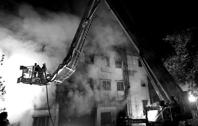 24日夜间,孟加拉国塔兹雷恩制衣厂发生大火,至少121人遇难,200多人被烧伤。图为消防人员在灭火。