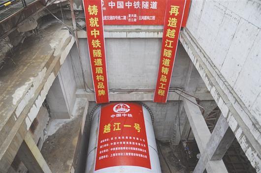 """楚天金报讯 图为:4号线越江段隧道由""""越江1号""""盾构机挖掘记者万多摄"""